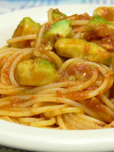 アボカドとベーコンのトマトソーススパゲティ