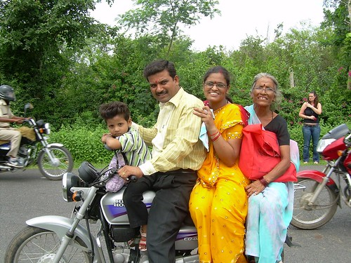 Cuatro en una moto en la India