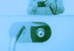 reflejos que se van (insomnia.) Tags: blue reflection me azul forum bcn toilet jo espejo reflejo blau mirrow mirall