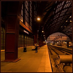 No rush today (Papafrezzo,  2007-2014 by www.papafrezzo.com) Tags: red glass station se