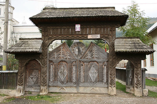 Puerta tallada en madera en Maramureş