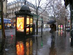 Boulevard Saint Michèl - Paris (France) (Meteorry) Tags: street paris france rain reflections europe boulevard pluie rue trottoir presse paperstand meteorry saintmichèl boulevardsaintmichèl