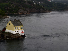 Vatlestraumen Fyr (Jan Egil Kristiansen) Tags: lighthouse norway norge cottage bergen beacon fyr hytte 1882 standingwave fyrlykt p7170514 vatlestraumen 20070717105352 vatlestraumenfyr nor270