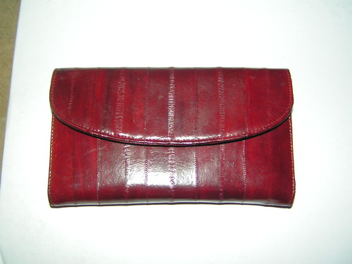 Vinröd ålskinnsplånbok.