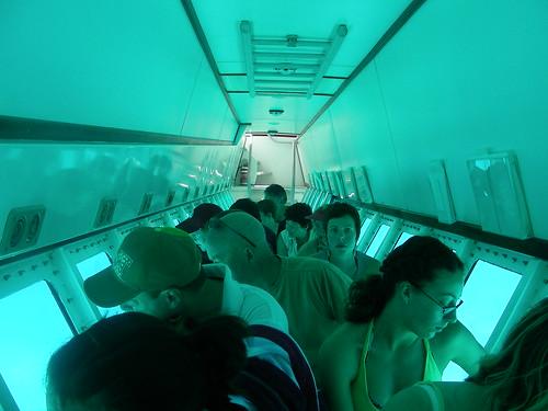 Turistes dins un submarí