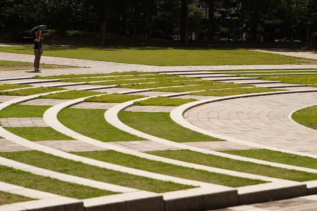 すり鉢状の芝生