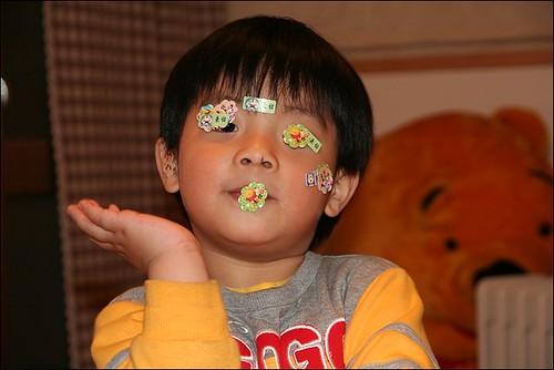 佑彥玩貼紙21