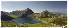 Lago Enol. (La Monjita 44) Tags: naturaleza lago asturias paisaje vistas montaa ecologa belleza cordillera montes covadonga lagosdecovadonga altamontaa lagoenol entorno airepuro