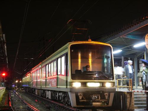 江ノ電2002F+305F稲村ヶ崎行き最終電車@長谷