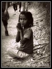 Girl Begging on the Trail of Bakheng, Siem Reap (lynhdan) Tags: poverty travel girl children asia cambodia khmer child sad poor siemreap begging beg goldenglobe bakheng 5photosaday aplusphoto platinumheartaward earthasia babieswithoutborders lynhdan lynhdann