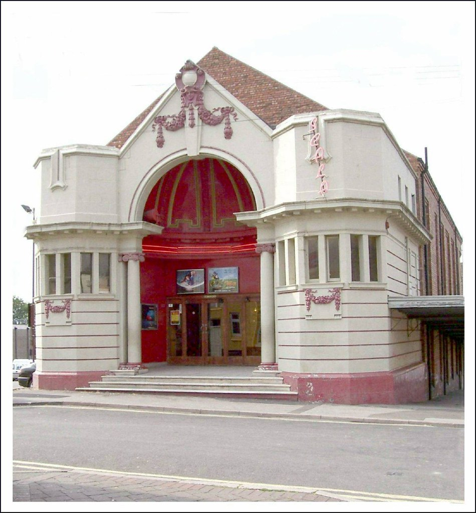 """ Still Showing in 2007 "" : The Scala Cinema - Ilkeston Market Place - A classic cinema and a listed building ."