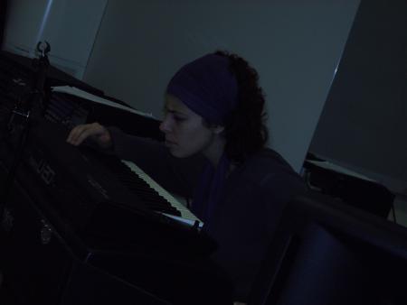 Raquel estudiando el teclado con atención