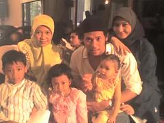 Pipin dan kedua anaknya Alif dan Rani. Putra Om Hussein Umar: Emil dan keluarganya Echa dan Fouz.