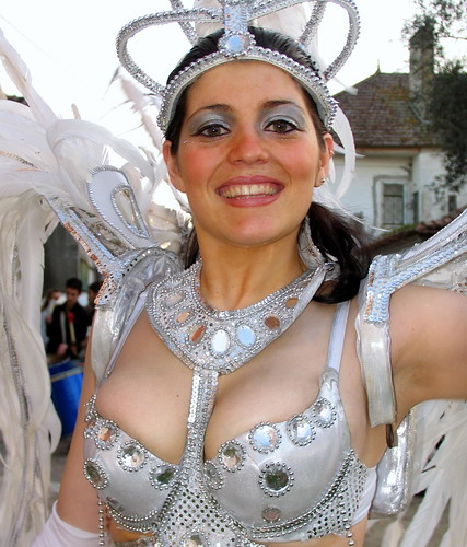 Samba dancer Juliana wearing bra in Carnaval da Bairrada 2008