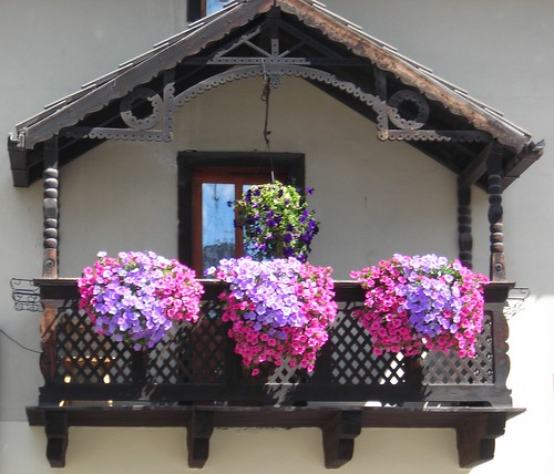 Flowered windows balconies finestre e balconi fioriti for Balcony flowers