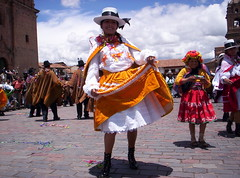 Balli in Piazza (Grabby Walls) Tags: plaza travel peru cuzco america square cusco armas south perù piazza colori viaggi viaggio sud costumi balli viaggiare tradizione qosqo tradizionali peruvianimages grabbywalls