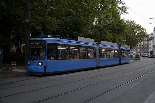 Der 2125 wartet die Wendezeit am Johannisplatz ab