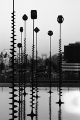 Vue sur l'Arc du Triomphe, Paris (Zigaar) Tags: blackandwhite film zeiss canon fuji noiretblanc ladefense jena carl m42 neopan manualfocus 135mm 400iso eos300 fujineopan400 canoneos300 czj czj135mmf35