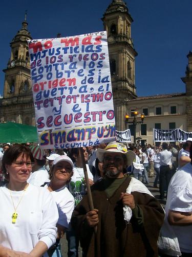 Hombre con carteles contra la guerra y el terrorismo