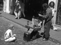 nio (fromars) Tags: argentina calle san arte gente buenos aires iglesia pb personas bolinhas artistas musica mueco gardel turismo nino canto harmonica abuelo pedinte telmo turista violino sanfona cantoria abiela
