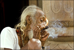 Smoking chilum - Maheshwar (Elishams) Tags: india temple indian traditional culture sadhu madhyapradesh northindia maheshwar chilum indedunord omkarbaba