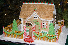 BX815 Gingerbread House (listentoreason) Tags: christmas food usa holiday america canon dessert unitedstates pennsylvania favorites places event gingerbreadhouse peddlersvillage ef28135mmf3556isusm score25