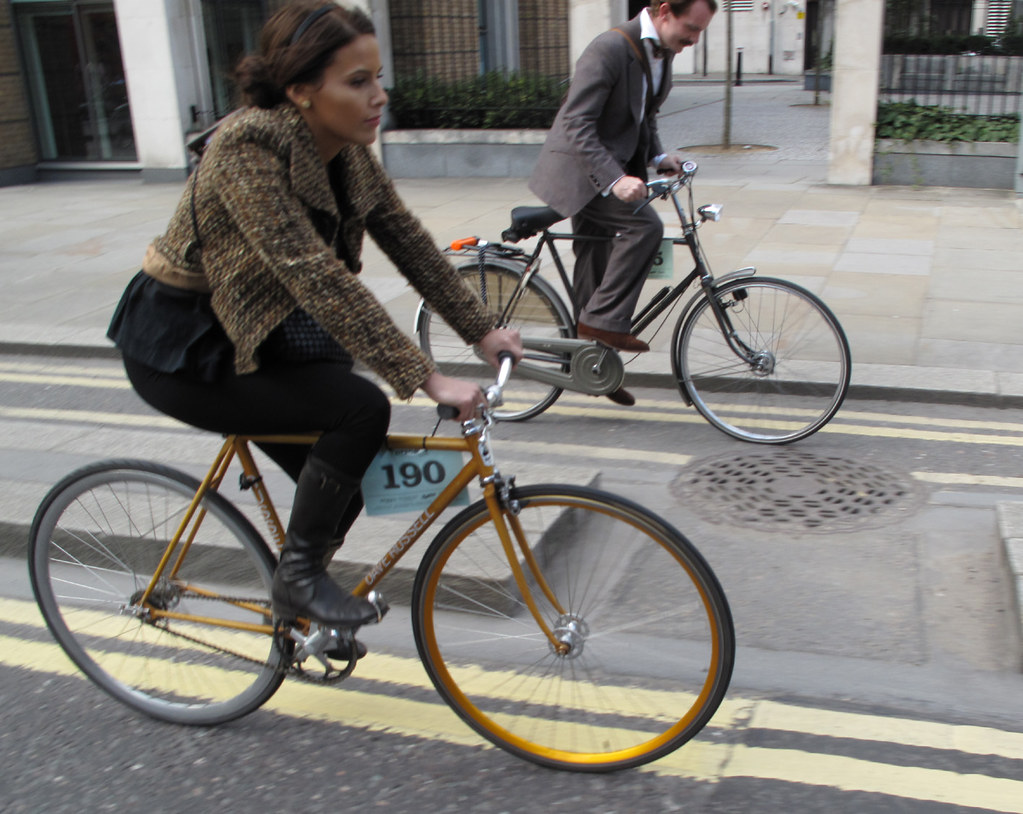 4508935803 1133c7dcae b Two Stylish Cyclists