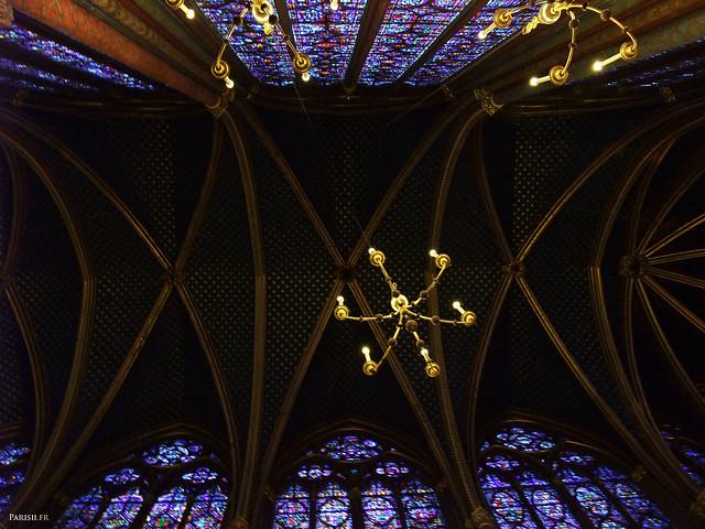 Le plafond gothique, et les lustres donnant une lumière particulière à la chapelle