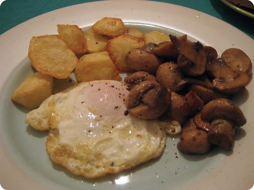 Huevo frito con patatas y champi��n