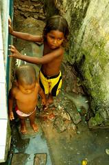 Desigualdade entre Iguais (Fbio Pinheiro) Tags: brasil natal canon 350d rebel xt raw sigma esperana poltica crianas favela infncia iguais sujo h riograndedonorte ainda workflow esgoto prmio 17mm desigualdade saneamento maruim arsban
