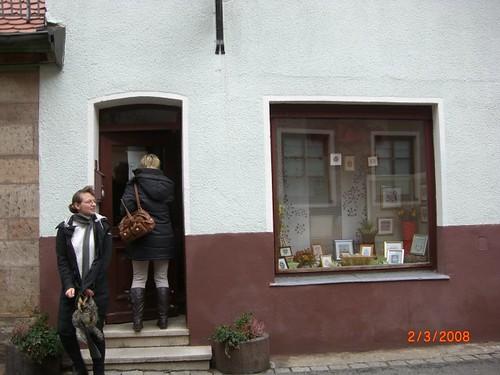 alda vor dem Shop