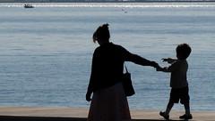 maman le p'tit bateau ... (b.four) Tags: sea mer mare child mother silhouettes mamma maman enfant dda alpesmaritimes cagnessurmer coth cherryontop supershot bej abigfave coth5 mygearandme
