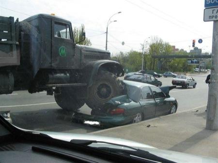camion-ruso-vs-hyundai-elantra-1