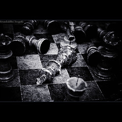 Checkmate... (Fernando Delfini) Tags: life bw blur game fall home studio dead photography rebel still war king play bokeh chess pb bn fernando concept dying 2008 vignette autoral treatment xadrez efs1855 delfini xti 400d aplusphoto