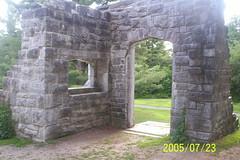 100_1373- M. Mackenzie-King a donn une seconde vie  plusieurs ruines aux architectures diverses... (jmb1957) Tags: 2005 domaine mackenzieking jmb1957