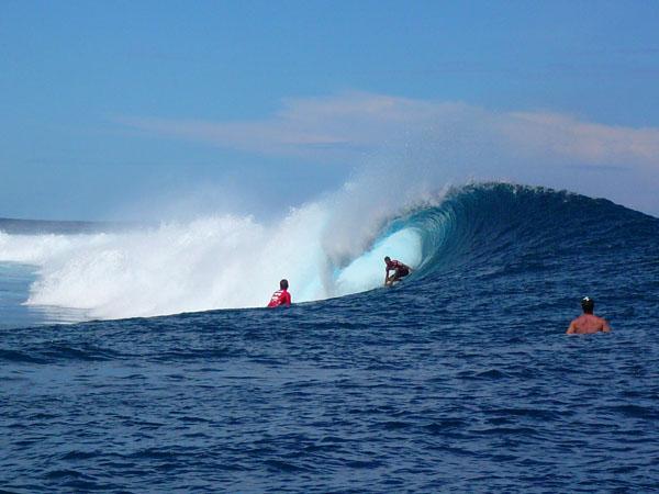 Teahupoo surfing 1