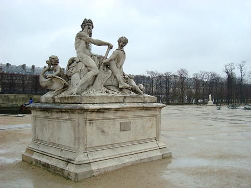 Statue et sol mouillée