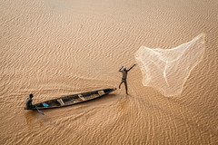 Niamey, Niger (gstads) Tags: niamey niger africa afrique sahel nigérien fishing fishermen fisherman riverniger fleuveniger pêche pêcheur pêcheurs fisheries river fleuve action net jump boat bateau nigériens
