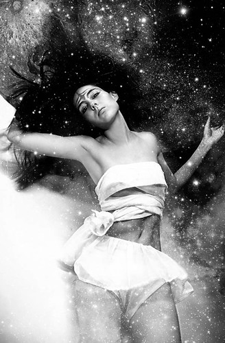 la estrecha relación entre la mujer y la luna by Lampeduza