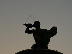 Dioses mitolgicos (juannypg) Tags: sunset water argentina contraluz atardecer agua fuente estatuas rosario urbana goldstaraward