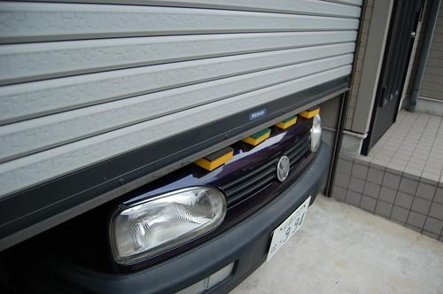 La porte du garage lave la carosserie