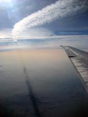 Estela de otro avión y su sombra en la Tierra