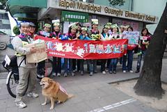 協會工作人員與志工為抗暖化遊行的特殊裝扮。