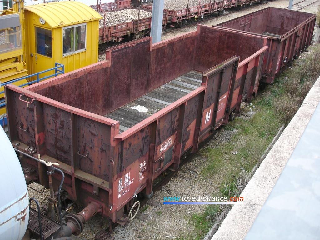 Deux wagons tombereaux à essieux du parc de service de la SNCF sur une voie de garage en gare d'Aubagne le 1er janvier 2007