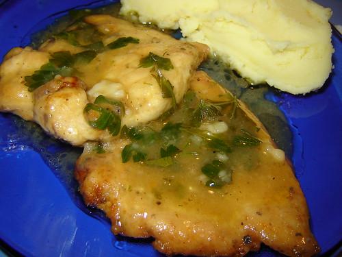 Пържола от пилешко месо, залята с приятен лимонов сос
