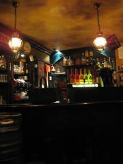 Una serata tranquilla :) (l'UomoLunatico) Tags: pub bacardi cosy sera bancone liquori