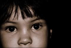 LA MIRADA DE ALVARO (ABUELA PINOCHO ) Tags: blanco zoe retrato negro ojos mirada alvaro nio virado calido cruzadas clavebaja ltytr1 a3b
