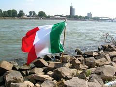 Bandiera italiana sulle sponde del Reno