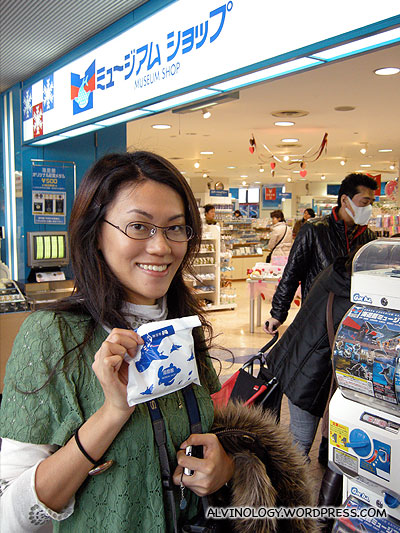 We went shopping at the Kaiyukan gift shop - Rachel bought a spoon and a handphone strap