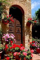 Porta di Monticchiello (Peace Correspondent) Tags: door flowers italy beautiful architecture d50 village tuscany fv10 siena tuscana monticchiello views800 5photosaday provinciadisiena montecchiello teatropovero coolestphotographers leuropepittoresque